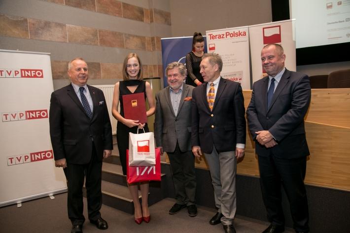 Wyróżniona przez IAM Adrianna Gajczak (praca: Dyplomacja kulturalna Polski w Chinach na przykładzie działalności Instytutu Adama Mickiewicza) w towarzystwie członków kapituły konkursu.